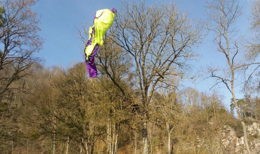 Parapente bloqué dans un arbre